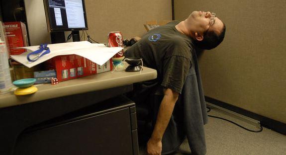 como sentarse bien en la oficina o el trabajo