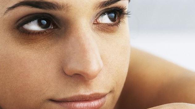 Arreglar las arrugas bajo los ojos de los tacos