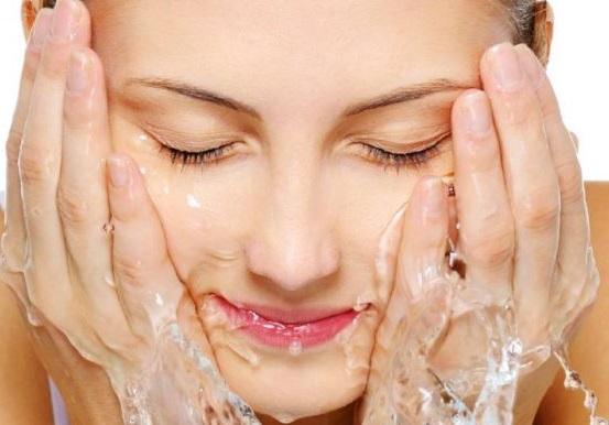 lavarse el rostro a diario