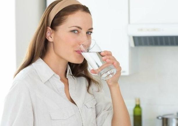 bebe suficiente agua porque es bueno para tu salud en general y para evitar la aparicion de la papada