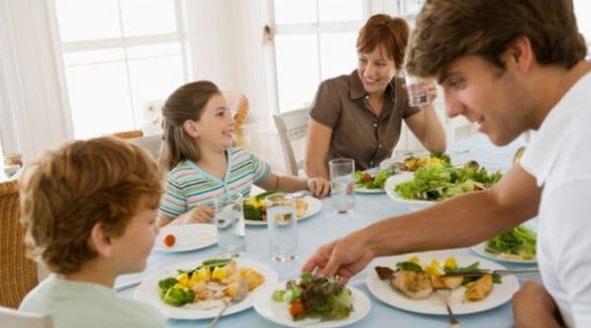 cenar siempre en familia ha de ser un habito porque esta demostrado que los ninos en el futuro seran mas sanos