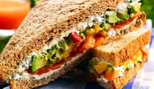 prepara un sandwich como de costumbre y echale aguacate