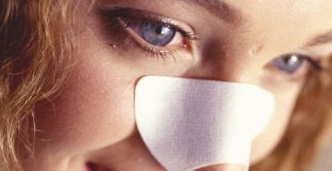 La máscara para la persona que limpia los tiempos la miel