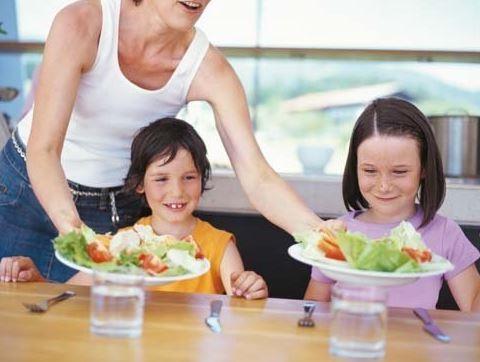 trae los platos ya servidos desde la cocina
