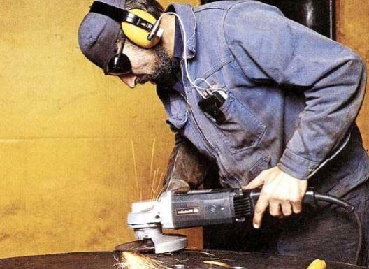 usa protectores auditivos en trabajos con mucho ruido