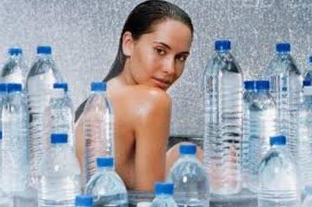bebe mucha agua para evitar los sintomas de deshidratacion que pueden provocar mareos y vertigo