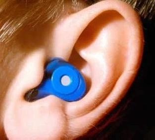 un posible tratamiento para la misofonia consiste en ponerse un auricular que emite sonidos agradables