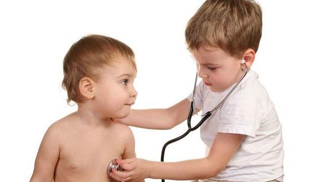 es habitual que los ninos jueguen a medicos porque les gusta experimentar con los cuerpos de otras personas