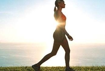 caminar con sol nos da la dosis necesaria de vitamina D
