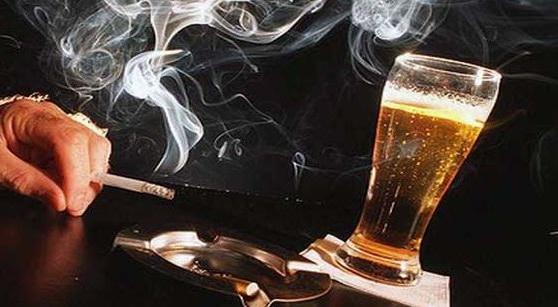 el alcohol y el tabaco interfieren en la sintesis de vitamina b12 por lo que son causantes de su deficit