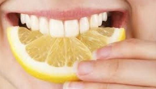 el limon disminuye dolores de dientes pero tambien ayuda a limpiarlos