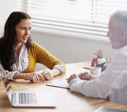 el medico te dara una serie de consejos geneticos y te explicara las posibles complicaciones de realizarte una amniocentesis para que tu decidas