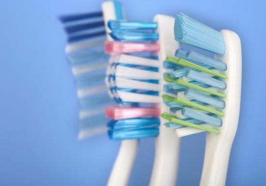 es recomendable usar cepillos dentales con cerdas blandas si tienes algun dolor en muelas o dientes