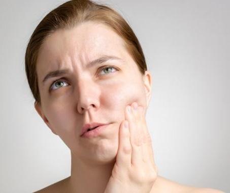 presionar sobre el diente o muela doloridos puede ser un buen remedio temporal