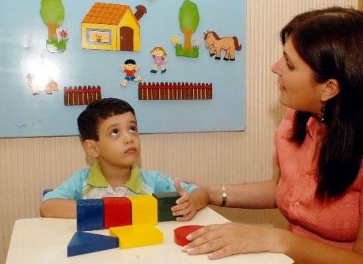 uno de los tratamientos consiste en enseñar al niño a interactuar con los demas