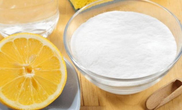 un buen truco para blanquear los dientes es mezclar bicarbonato de sodio y zumo de limon