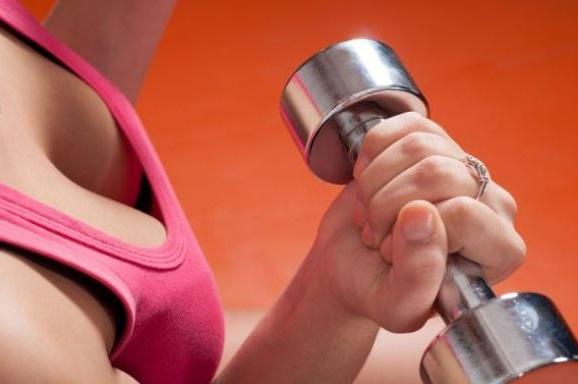 el levantamiento de pesas ayuda a tener unos pechos firmes