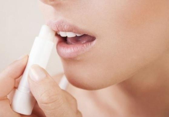 un stick labial o vaselina son grandes remedios contra los labios secos y agrietados
