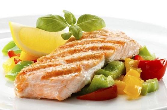 adoptar nuevos habitos alimenticios consumiendo alimentos bajos en grasa para reducir la hinchazon abdominal