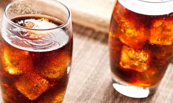 dos vasos de bebidas gaseosas con cola