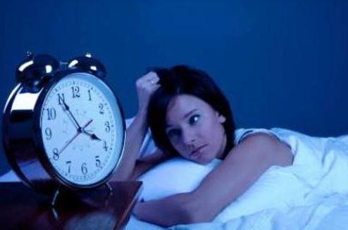 no dormir bien o tener un sueño fragmentado puede causar hipersomnia