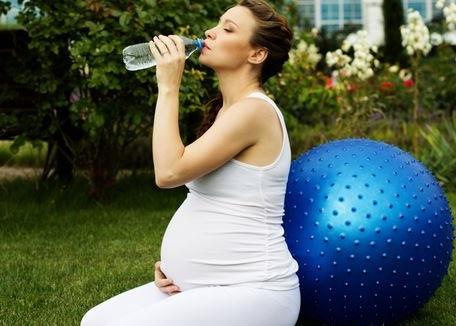 para prevenir las infecciones urinarias durante el embarazo es muy importante tomar bastante agua