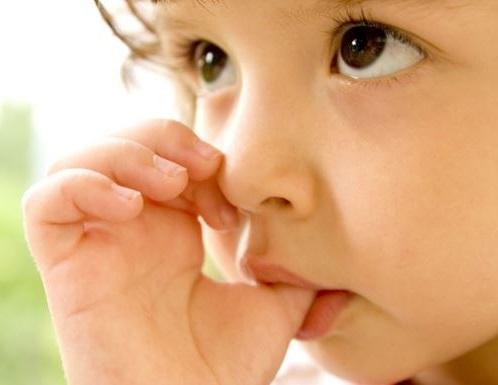 es muy importante identificar las causas por las cuales nuestro hijo se chupa el dedo