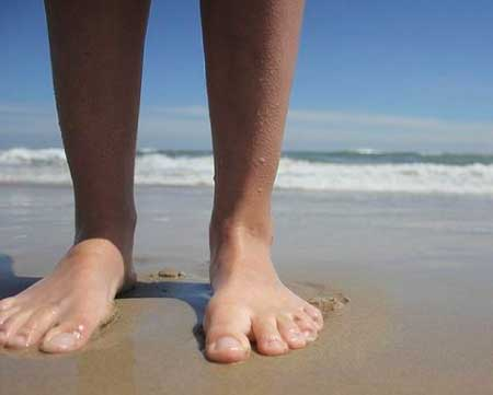 andar descalzo es un buen metodo para prevenir o curar los juanetes