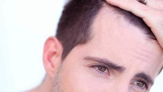 generalmente se coge pelo de detras y se pone delante
