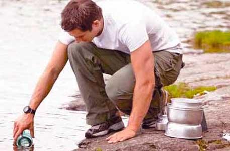 beber agua contaminada es una causa de la diarrea del viajero