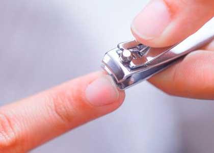 cortar las uñas regularmente es una de las formas para endurecerlas