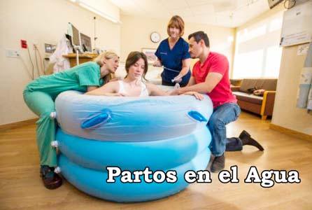 mujer en una bañera dispuesta a tener un parto en el agua