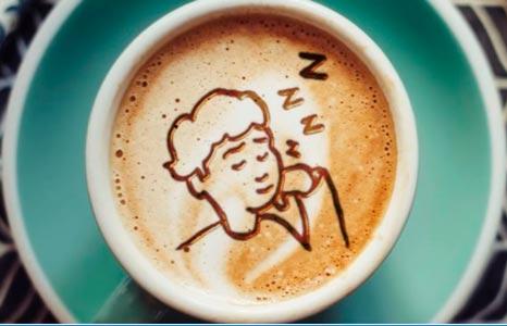 cafe con un dibujo que sugiere insomnio