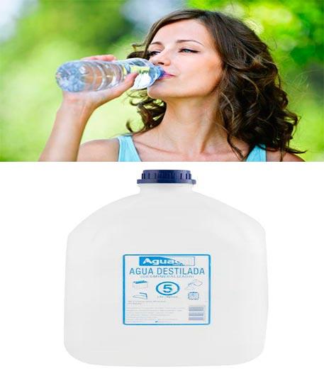 mujer bebiendo agua y debajo una botella de agua destilada