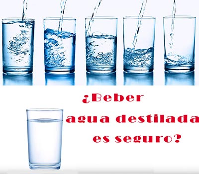 varios vasos de agua y una pregunta de si es seguro beber agua destilada