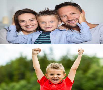 padres abrazando a su hijo y niño con brazos en alto feliz