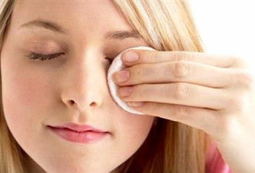 retirar el maquillaje de los ojos