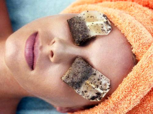 usar bolsas de te o manzanilla para humectar los ojos